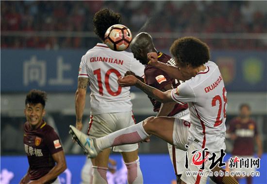 权健/图为河北华夏幸福队25号姆比亚(右二)进球瞬间。