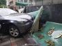 女司机驾驶宝马车失控 撞碎路边卫生中心招牌