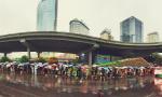 大雨阴云下的北京早高峰