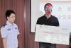 市民举报老赖有法拉利获奖8000元 戴面具领奖