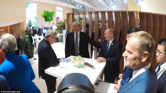 握手 普京 特朗普/这次握手寒暄是特朗普就任美国总统以来首次与普京公开会面。