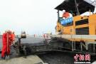 港珠澳大桥主体工程桥梁工程70万平桥面铺装完工