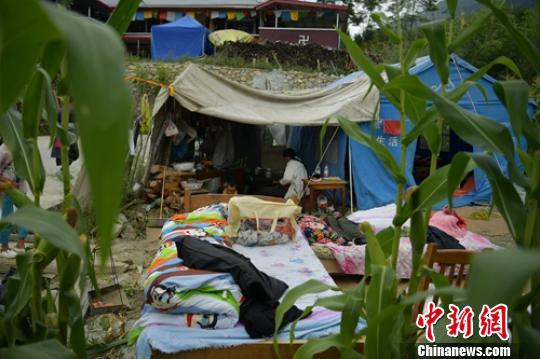 地震后民众搭建的临时休息地。 刘忠俊 摄