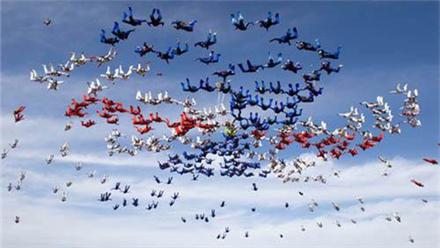 俄114名跳伞运动员期待破纪录