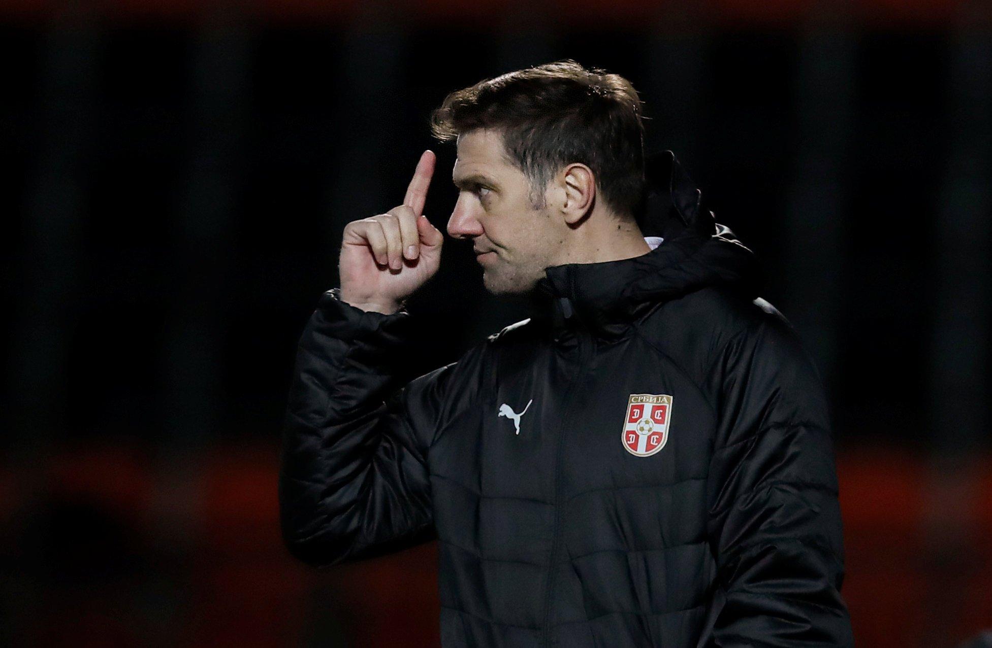 图为2018年3月27日,在伦敦进行的一场对阵尼日利亚队的国际友谊赛中,塞尔维亚队主教练克尔斯塔季奇在场边。