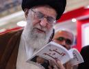 """伊朗最高领袖晒照 自曝在看特朗普这本""""黑料""""书"""