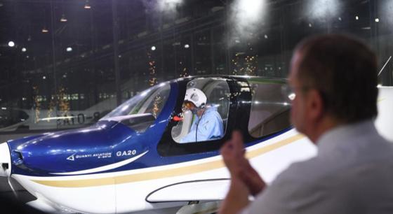 正规博彩民企自主研制通用飞机GA20首次下线滑跑