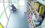 """无人超市上演""""密室逃脱"""" 威海男子掩耳盗铃被监控拍下"""