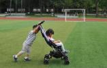 媒体讲述二孩家庭故事:生二孩是父母的权利,大孩无权干涉?