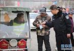 """朝阳城管联合警方打击整治""""黑摩的"""""""