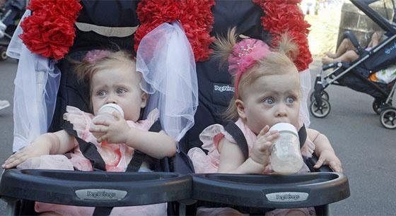 乌克兰200对双胞胎大聚会 创人数新纪录