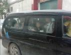 濮阳一7座面包车硬塞22名儿童 2人被刑拘
