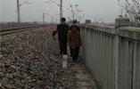火车呼啸驶来!河南项城车站民警百米冲刺拯救生命